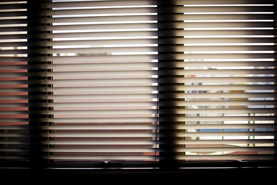 Comment choisir un store enrouleur sur mesure pour ses fenêtres